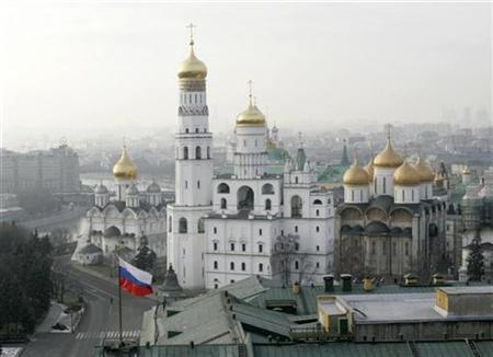 (L-R) The Archangel's Cathedral, the Ivan the Great Bell-Tower and the Assumption Cathedral are pictured in Moscow's Kremlin January 18, 2008. REUTERS/Mikhail Voskresensky