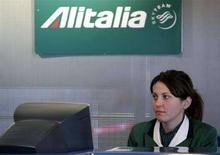 <p>Una hostess di terra di Alitalia all'aeroporto di Fiumicino. REUTERS/Max Rossi</p>