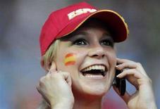 <p>Una tifosa spagnola al telefono lo scorso 22 giugno a Vienna prima di Spagna-Italia. REUTERS/Tony Gentile</p>