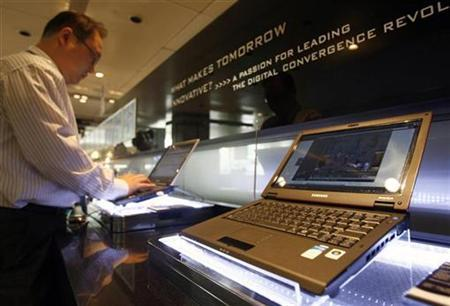 Samsung Electronics' laptop computers are displayed at the company's showroom in Seoul October 12, 2007. REUTERS/Lee Jae-Won