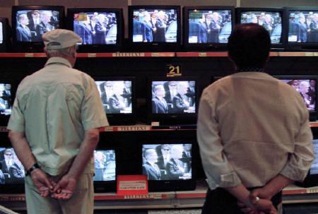 6月26日、ルーマニアの上院が、暗いニュースが多過ぎて人々を病ませているとして、もっと「楽しいニュース」を流すよう、テレビ局やラジオ局に命じる法案を可決した。写真は1997年11月、ブカレストで撮影(2008年 ロイター)