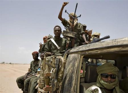 Chadian rebels speed across the desert during an attack that led to heavy fighting in the eastern Chadian town of Gos Beida, June 14, 2008. REUTERS/Finbarr O'Reilly
