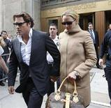 <p>L'attrice Uma Thurman con il fidanzato Arki Busson. REUTERS/Chip East</p>