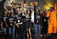 <p>La cantante britannica Amy Winehouse sul palco durante il concerto londinese per i 90 anni di Nelson Mandela. REUTERS/Andrew Winning</p>