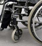 <p>Un nouveau dispositif permet aux personnes handicapées de commander leur fauteuil roulant en utilisant le bout de leur langue et ce, simplement grâce à un aimant de la taille d'un grain de riz. /Photo d'archives/REUTERS</p>