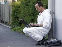 <p>Следователь пользуется ноутбуком на месте преступления в городе Амштеттен 27 апреля 2008 года. Национальная ассамблея Бутана запретила своим членам пользоваться на работе ноутбуками, опасаясь, что они будут тратить свое время на компьютерные игры и просматривание различных картинок. (REUTERS/Heinz-Peter Bader)</p>