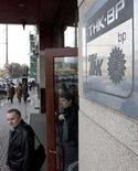 <p>Центральный офис ТНК-BP в Москве, 20 марта 2008 года. Все иностранные менеджеры ТНК-BP, включая президента Роберта Дадли, будут вынуждены покинуть Россию, по крайней мере на несколько недель, из-за задержки с выдачей разрешений на работу и продления виз, сказал Рейтер источник, близкий к компании. (REUTERS/Sergei Karpukhin)</p>