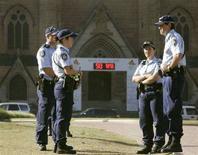 <p>La polizia di fronte alla St. Mary's Cathedral di Sydney. REUTERS/Will Burgess (AUSTRALIA)</p>
