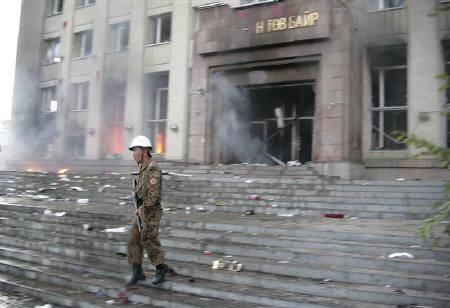 A soldier stands outside the Mongolian People's Revolutionary Party (MPRP) building during clashes between protestors and police in Ulan Bator, Mongolia, July 1, 2008.  REUTERS/Zeev Rozen