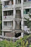 <p>Дом, поврежденный взрывом, в Сочи 2 июля 2008 года. Два человека погибли в результате взрыва в 12-этажном доме, не оборудованном газовыми плитами, в пригороде Сочи, но в качестве основной версии прокуратура назвала взрыв бытового газа, которым пользовались жильцы, передает агентство Интерфакс со ссылкой на представителя ГУВД. (REUTERS/Oleg Kotlyarenko)</p>