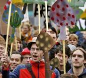 """<p>Жители Нидерландов протестуют против планируемого запрета на продажу галлюциногенных грибов на митинге в Амстердаме, 27 октября 2007 года. """"Сакральный"""" эффект псилобицина, содержащегося в галлюциногенных грибах, длится больше года, что может помочь пациентам, страдающим от смертельных заболеваний или пагубных привычек, свидетельствуют данные американских ученых. (REUTERS/Koen van Weel)</p>"""