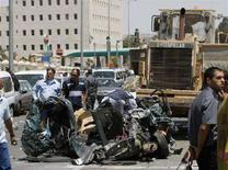 <p>Израильская полиция осматривает искореженную автомашину, пострадавшую в результате атаки палестинца на бульдозере, Иерусалим, 2 июля 2008 года. алестинец убил как минимум троих и ранил 40 человек, направив бульдозер на пешеходов, пассажирские автобусы и автомобили на одной из оживленных улиц Иерусалима, сообщила израильская полиция. (REUTERS/Ronen Zvulun)</p>