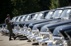 """<p>Les limousines des anciens hauts dignitaires du régime communiste de Bulgarie vont être vendues aux enchères lundi à Sofia. Le premier prix d'appel a été fixé à 23.000 levs (18.500 dollars) pour les voitures les mieux conservées, dont les célèbres """"Tchaikas"""" de fabrication soviétique, qui pèsent deux tonnes et dont l'intérieur est couvert de tapis persans. /Photo prise le 2 juillet 2008/REUTERS/Stoyan Nenov</p>"""
