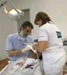 <p>Un dentista al lavoro su un paziente in un'immagine di archivio. REUTERS/Ina Fassbender</p>