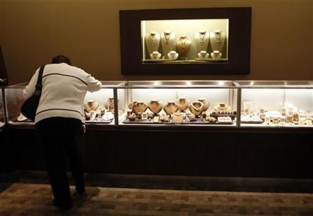A Berkshire Hathaway shareholder shops at Borsheims jewelry store during the kick-off celebration at the annual Berkshire Hathaway shareholders meeting in Omaha, Nebraska May 2, 2008. REUTERS/Carlos Barria
