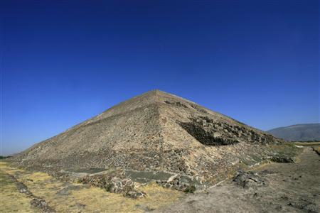 A general view shows the Pyramid of the Sun at the Teotihuacan archaeological site in the outskirts of Mexico City February 2, 2008. REUTERS/Henry Romero