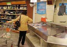 <p>Immagine d'archivio di una acquirente in un supermercato di Roma. REUTERS/Dario Pignatelli (ITALY)</p>