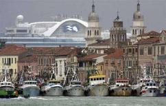 <p>Alcune navi ancorate a Venezia. REUTERS/Manuel Silvestri</p>