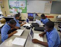 <p>Alcuni studenti della Lilla G. Frederick Pilot Middle School in classe con il pc portatile. REUTERS/Adam Hunger (UNITED STATES)</p>