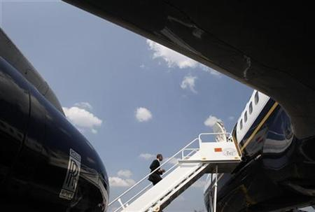 Presumptive Democratic presidential nominee Senator Barack Obama boards his plane in Blountville, Tennessee June 5, 2008 after a campaign stop in Bristol, Virginia. REUTERS/Jason Reed