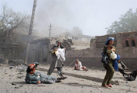 7月7日、アフガニスタンの首都カブールにあるインド大使館で、爆弾を積んだ車が爆発、41人が死亡、139人が負傷した。写真は現場から逃げる住民ら(2008年 ロイター/Pajwak News Agency)