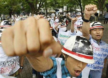 Protesters shout slogans at a march against the G8 Hokkaido Toyako Summit in Sapporo, July 8, 2008. Environmental groups slammed rich nations' leaders for ducking their leadership responsibilities when they addressed global warming at a summit on Tuesday, with WWF saying the lack of progress was ''pathetic''. REUTERS/Kim Kyung-Hoon