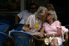 <p>Una coppia si scambia effusioni in un ristorante spagnolo. REUTERS/Jon Nazca (SPAIN)</p>