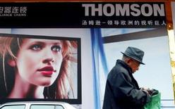 <p>Thomson bondit jeudi en Bourse de Paris après avoir annoncé qu'il prévoyait une baisse moins forte que prévu de son chiffre d'affaires du deuxième trimestre 2008. Vers 9h53, le titre progresse de 8,54% à 3,05 euros./Photo d'archives/REUTE RS/Guang Niu</p>
