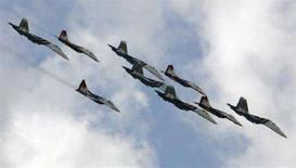 """<p>Пилотажная группа """"Русские Витязи"""" на самолетах Су-27 и МиГ-29 в небе над Жуковским на авиасалоне МАКС-2007 26 августа 2007 года. Российские военные самолеты пролетели над отколовшейся от Грузии провинцией Южная Осетия """"для уточнения"""" накалившейся обстановки в регионе, сообщил в четверг МИД РФ, впервые признав нарушение воздушного пространства соседней страны. (REUTERS/Sergei Karpukhin)</p>"""