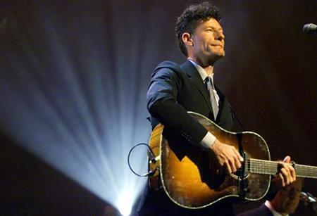 Lyle Lovett performs during a concert in New York in this June 6, 2000 file photo. REUTERS/Mike Segar