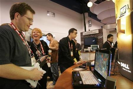 Show attendee Brian Weinberg plays Guitar Hero III on a Dell laptop during the Consumer Electronics Show (CES) in Las Vegas, Nevada January 8, 2008. REUTERS/Steve Marcus