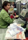 <p>Cassa di un supermercato di Milano, in un'immagine d'archivio. REUTERS/Stafano Rellandini</p>
