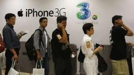 <p>A Hong Kong. Le nouvel iPhone 3G a été mis en vente vendredi en Europe et Asie, où des acheteurs impatients campaient depuis plusieurs jours devant les magasins pour être parmi les premiers à s'offrir le combiné d'Apple. /Photo prise le 11 juillet 2008/REUTERS/Bobby Yip</p>