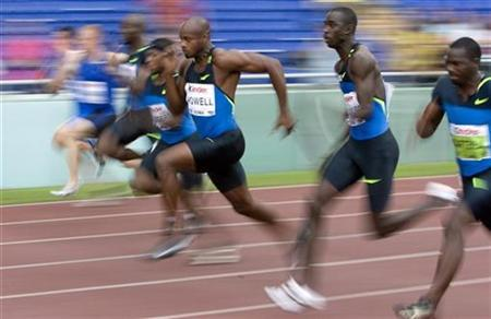 Asafa Powell of Jamaica (C) runs during the first heat of the men's 100 metres at the Golden Gala IAAF Golden League at the Olympic stadium in Rome July 11, 2008. REUTERS/Alessandro Bianchi