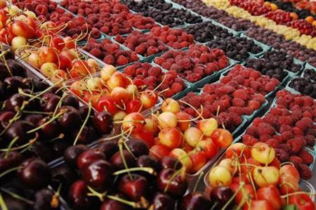 Cherries and berries for sale in Arlington, Virginia June 28, 2008. REUTERS/Jonathan Ernst