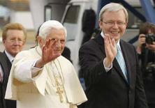 <p>Papa Benedetto e il primo ministro australiano Kevin Rudd salutano dalla pista della base aerea di Richmond, vicino a Sydney, dove è atterrato l'aereo del Pontefice, 13 luglio 2008. REUTERS/Tim Wimborne</p>