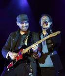 """<p>Chris Martin (destra) and Jonny Buckland della band britannica dei Coldplay, durante un concerto del loro tour """"Viva la vida"""", a Barcellona, il 17 giugno 2008. REUTERS/Albert Gea (Spagna)</p>"""