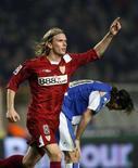 <p>Christian Poulsen festeggia un gol con la maglia del Siviglia, il 16 febbraio 2006. REUTERS/Albert Gea</p>