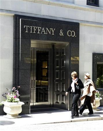 Visitors walk past the Tiffany & Co. store on Rodeo Drive in Beverly Hills, March 22, 2006. REUTERS/Fred Prouser