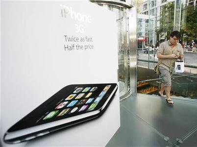 A customer leaves an Apple Store with his new iPhone 3G in New York July 11, 2008. REUTERS/Shannon Stapleton
