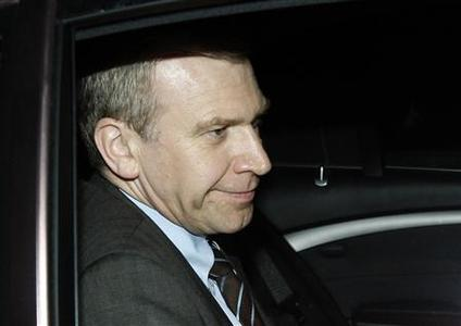 Belgium's Prime Minister Yves Leterme of the Flemish Christian democrat party (CD&V) leaves the Belvedere Palace in Brussels after a meeting with Belgian King Albert II, July 15, 2008. REUTERS/Francois Lenoir