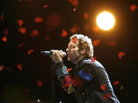 Chris Martin of Coldplay performs at the 2008 MTV Movie Awards in Los Angeles June 1, 2008. REUTERS/Mario Anzuoni
