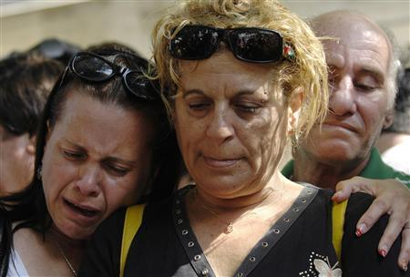 Israelis react outside the family home of reserve soldier Eldad Regev in the northern city of Kiryat Motzkin July 16, 2008. REUTERS/Amir Cohen