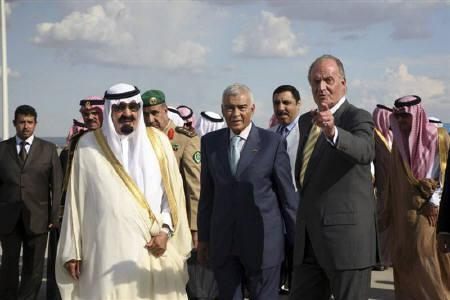 Spain's King Juan Carlos (R) welcomes Saudi Arabia's King Abdullah on his arrival at Madrid airport July 15, 2008. King Abdullah opened an unprecedented meeting of Muslims, Christians, Jews and other believers on Wednesday with a call to shun the extremist violence that has tarnished the reputation of religious faith. REUTERS/Susan Baaghil