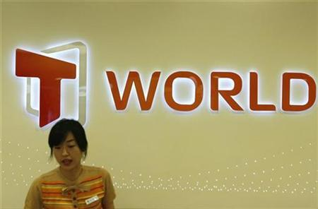 An employee stands in a shop of SK telecom Co. in Seoul July 10, 2007. REUTERS/Jo Yong-Hak