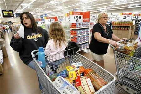 Shopper Laura Miller (L) and her daughter shop at a Wal-Mart store in Santa Clarita, California April 1, 2008. REUTERS/Mario Anzuoni