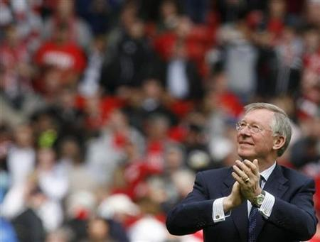 Manchester United's coach Alex Ferguson salutes the crowd after their Premier League soccer match against West Ham United at Old Trafford in Manchester, May 3, 2008. REUTERS/Nigel Roddis. NO ONLINE/INTERNET USAGE WITHOUT A LICENCE FROM THE FOOTBALL DATA CO LTD. FOR LICENCE ENQUIRIES PLEASE TELEPHONE ++44 (0) 207 864 9000.