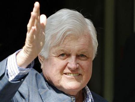 Senator Edward Kennedy waves as he walks out of Massachusetts General Hospital with his daughter Kara (L) in Boston, Massachusetts May 21, 2008. REUTERS/Brian Snyder