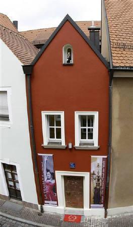 7月17日、ドイツ南部の都市アンベルクで、幅わずか2.5メートルという土地に「世界最小」をうたったホテルが改装オープン(2008年 ロイター/Michaela Rehle)