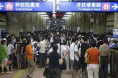 <p>Поток пассажиров в метро в час-пик в Пекине, 21 июля 2008 года. Одна из основных линий пекинского метрополитена, линия № 2, была закрыта сегодня из соображений безопасности в связи с возникшими давками в метро в первый рабочий день после вступления в силу режима ограничений на движение автотранспорта на время проведения Олимпиады. (REUTERS/Jason Lee)</p>